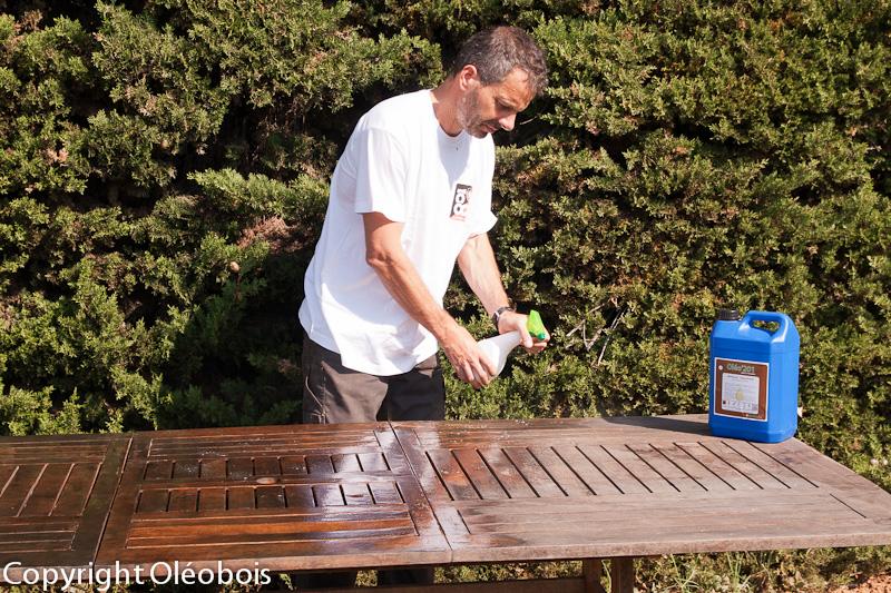 R nover et nettoyer votre mobilier de jardin blog protection bois for Comment nettoyer une table de jardin en bois